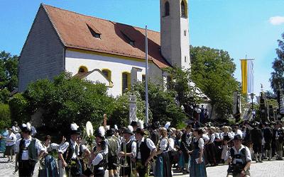 02 Pfarrkirche DorfplatzJPG 2x3 - Gemeinden