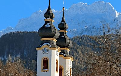 Kirche mit Kampenwand 2019 Aschau i.Chiemgau H. Reiter - Gemeinden