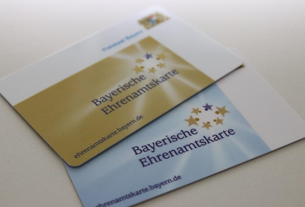 Foto der Bayerischen Ehrenamtskarten gold und blau