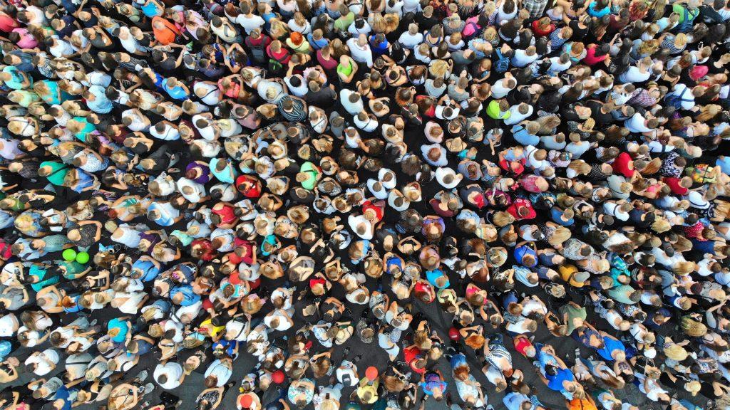Versammlung von vielen Menschen © Dmytro Adobe Stock Photo