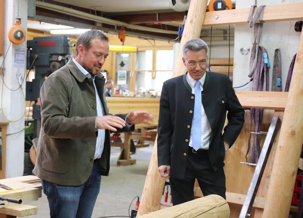 Firmenchef Julian Richter jun. erklärt Landrat Otto Lederer die Arbeitsweise des Unternehmens.