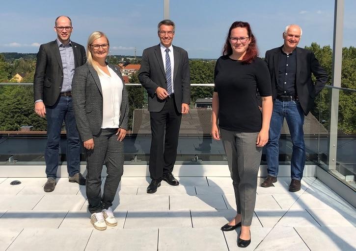 Eine Delegation der Wirtschaftsjunioren zu Gast bei Landrat Otto Lederer. (von links nach rechts) Marc Simon, Denise Schurzmann, Landrat Otto Lederer, Monika Eisermann, Richard Weißenbacher von der Wirtschaftsförderstelle im Landratsamt.