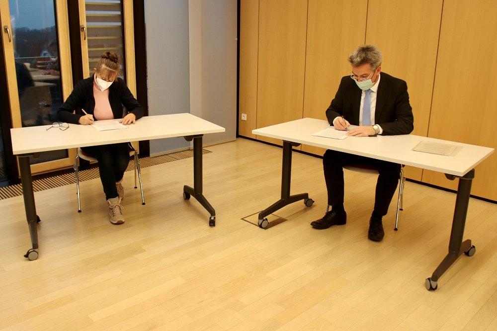 Die Vorsitzende des Kreisjugendrings Rosenheim Erika Spohn und Landrat Otto Lederer bei der Vertragsunterzeichnung.