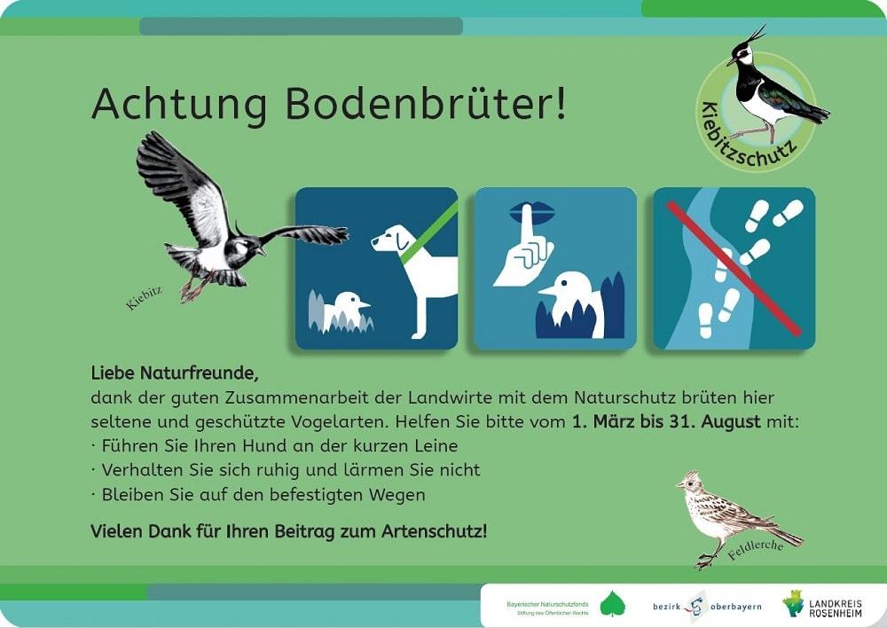 """Das neue Schild des BayernNetzNatur-Projektes """"Netzwerke für den Kiebitz"""" wurde in vielen Gebieten in den Landkreisen Altötting, Rosenheim und Traunstein aufgestellt (Design Anna Schöll, Wasserburg a. Inn)"""