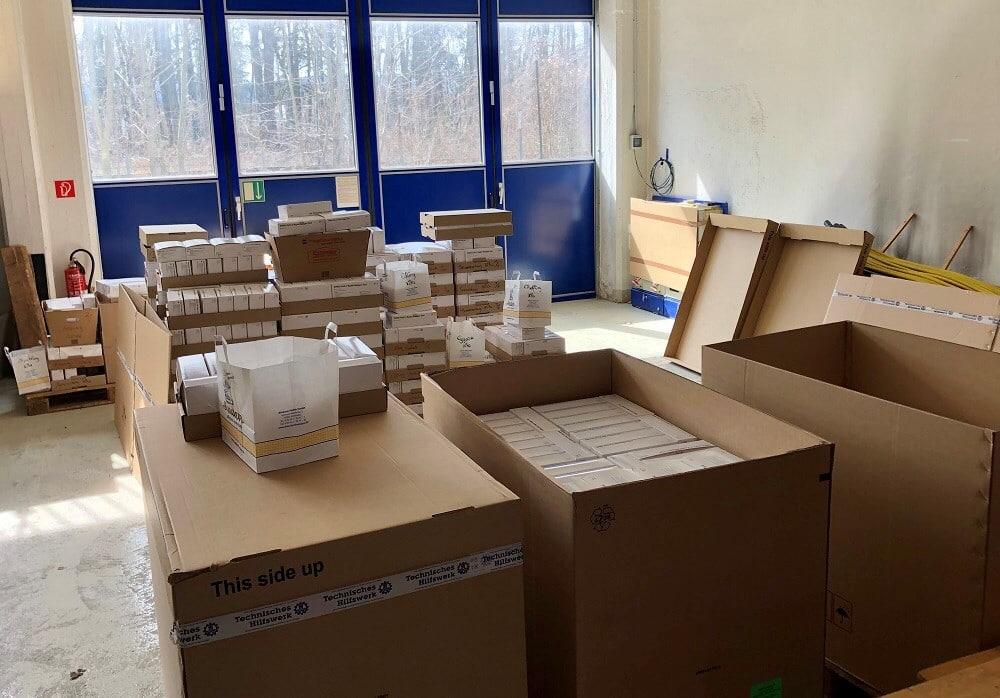 Die fertigen Schnelltest-Pakete vor der Abholung durch die Kommunen. Foto: THW Bad Aibling