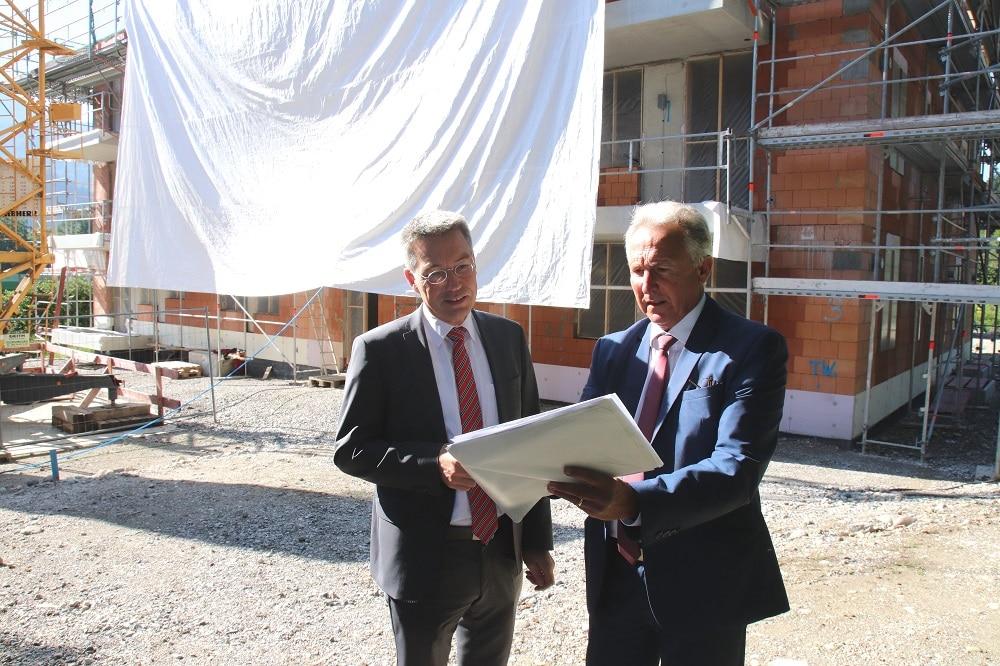 (von links) Landrat Otto Lederer mit dem Geschäftsführer der Wohnbau GmbH Karl Seidl.
