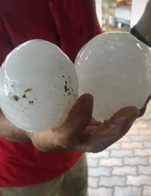 """Auch so können """"Hagelkörner"""" aussehen. Dieses Foto stammt zum Glück nicht aus der Region. Es wurde dieses Jahr nach einem Hagelunwetter in Norditalien aufgenommen. Der Hagel hatte die Größe von Straußeneiern."""