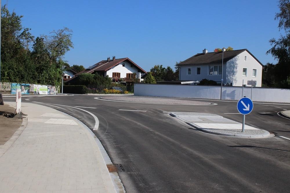 Der neue Minikreisverkehrsplatz in Eiselfing mit Fahrbahnteiler. Nach nur elf Wochen Bauzeit wurde er jetzt für den Verkehr freigegeben.